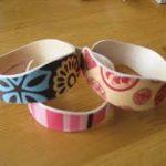 Fabriquer des bracelets avec des bâtons de glace