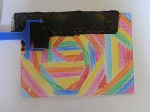 recouvrir le dessin au crayon gras avec peinture