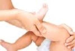 masser jambes de bébé