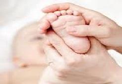 masser pieds de bébé