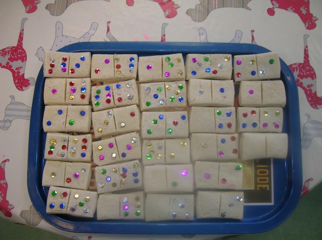 fabriquer un jeu de domino en pate sel agencema. Black Bedroom Furniture Sets. Home Design Ideas