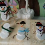 Fabriquer un bonhomme de neige avec des disques de coton