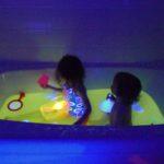 Rendre l'eau du bain fluorescente