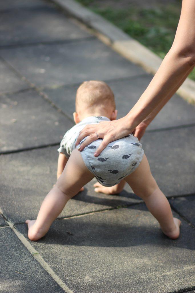 bébé marche à quatre pates