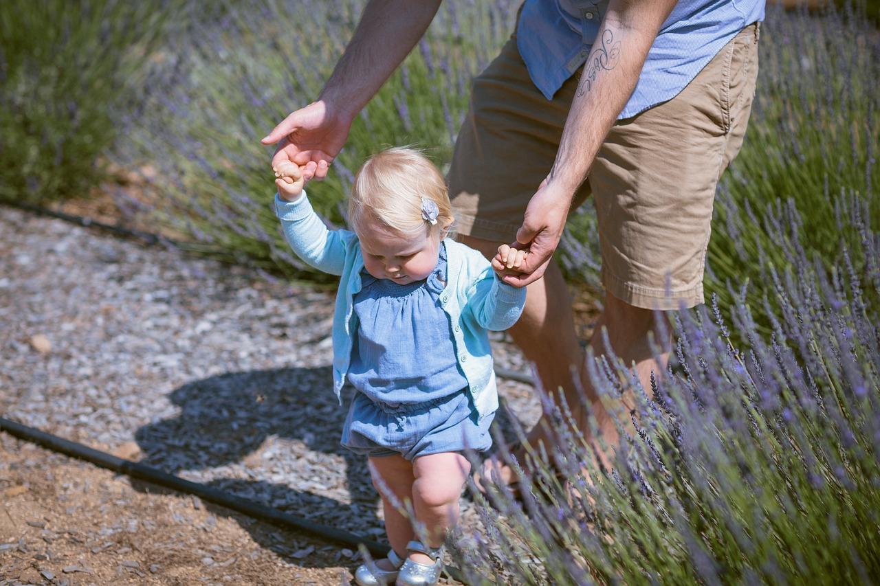 aider bébé à marcher